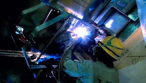 焊工在工作中
